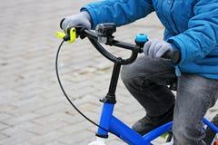 L'équitation d'enfant sur le vélo image stock