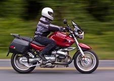 L'équitation d'homme folâtre la motocyclette Photographie stock libre de droits
