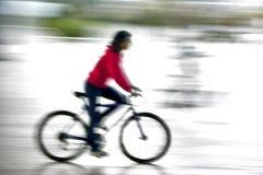 L'équitation de fille est vélo photo stock