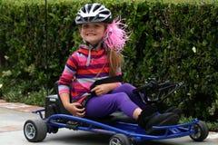 L'équitation de jeune fille vont chariot photographie stock