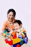 L'équitation de mère et d'enfant jouent le cheval Image libre de droits