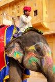 L'équitation de Mahout a décoré l'éléphant à l'intérieur de courty principal de Jaleb Chowk Photographie stock