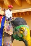 L'équitation de Mahout a décoré l'éléphant à l'intérieur de courty principal de Jaleb Chowk Photo stock