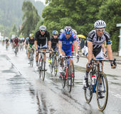 L'équitation de Peloton sous la pluie - Tour de France 2014 Image libre de droits