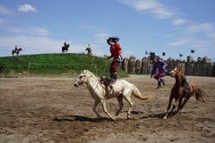 L'équitation et cultivent à cheval montré par des Mongolians photographie stock libre de droits