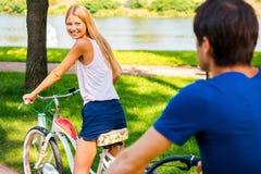 L'équitation fait du vélo ensemble Image libre de droits