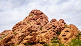L'érosion des buttes de grès rouge a créé des formations de roche intéressantes dans le parc de Papago photographie stock libre de droits