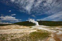 L'éruption d'un geyser photo stock