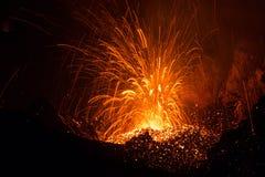 L'éruption de Strombolian du volcan de Stromboli avec de la lave traîne l'explosion Photos libres de droits