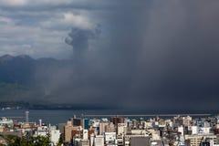 L'éruption volcanique porte la cendre à la ville de Kagoshima Photographie stock
