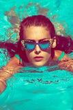 L'été détendent dans la piscine Image libre de droits