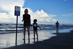 L'été détendent sur la plage bleue dans Mamaia, Roumanie Photographie stock libre de droits