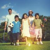 L'été de pique-nique de plaisir de parc de famille Parents le concept d'enfant Photo libre de droits