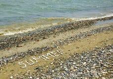 L'été de Word sur une plage de cailloux Images libres de droits