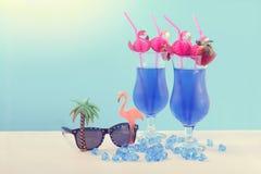 L'été est ici les cocktails hawaïens bleus de thème Photos stock