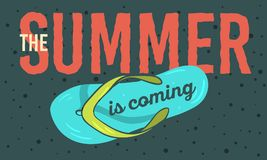 L'été est prochaine conception d'affiche avec les illustrations tirées par la main de Flip Flops Slippers Beach Shoes Photos stock