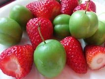 L'été porte des fruits fraise de plat et cerise-prune verte photographie stock libre de droits