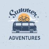 L'été risque carte de voeux surfante de vintage de vélo d'autobus de ressac la rétro avec l'appartement d'affiche de calibre de l illustration stock