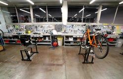 L'établi avec beaucoup d'outils à l'intérieur d'un atelier de mécanicien s'est spécialisé Photo libre de droits