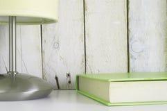 L'étagère avec un livre et une lampe, préparent pour le temps de lecture Images stock
