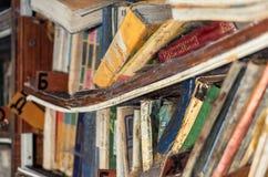 L'étagère coudée avec de vieux livres amortis Photographie stock libre de droits