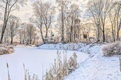 L'étang congelé dans le cimetière de Nikolskoye du saint Alexander Nevsky Lavra Image stock