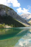 L'étang de Whiteman dans Canmore, Alberta, Canada Images stock