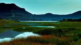 L'étang est couvert de montagne photo stock