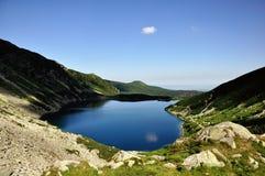 L'étang, les montagnes, le nuage Photos stock
