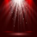 L'étape vide s'est allumée avec des lumières sur le fond rouge Photos libres de droits