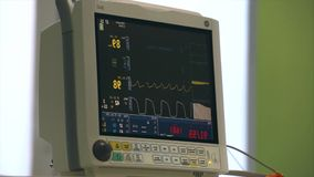 L'état patient du ` s de moniteur d'Ecg dans la salle d'opération, se ferment vers le haut du battement de coeur sur l'écran, fré banque de vidéos