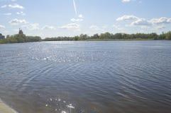 L'étendue de la rivière et du ciel dans les nuages image libre de droits