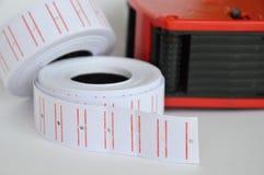 L'étiquette et le prix d'autocollant remettent l'étiqueteur sur le fond blanc photo stock