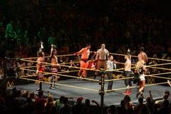 L'étiquette Team Champions Blake et Murphy de NXT tiennent des titres dans le ciel W Photos stock