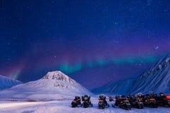 L'étoile arctique polaire de ciel d'aurora borealis de lumières du nord Norvège le Svalbard en montagnes de ville de Longyearbyen photographie stock