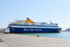 L'étoile bleue transporte en bac au port de Le Pirée à Athènes, Grèce photographie stock