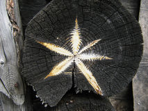 L'étoile d'or sur la scie a coupé le vieux bois de construction Image libre de droits