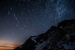 L'étoile de ciel nocturne traîne au-dessus de la montagne d'Aiguille de Bionnassay, Alpes, Frances image libre de droits