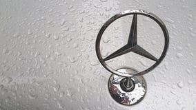 L'étoile de trois-faisceau de Mercedes-Benz capot devant la voiture pendant le jour pluvieux, Bangkok Thaïlande le 28 avril 2018 photos libres de droits