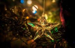 L'étoile du verre avec le fond abstrait des vacances s'allume Images stock