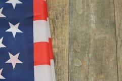L'étoile a orné la bannière de paillettes sur un fond en bois Image libre de droits