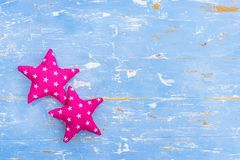 L'étoile rose forme sur le fond en bois bleu-clair avec l'espace de copie Photos libres de droits