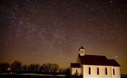L'étoile traîne l'église Canada de projectile de nuit photographie stock libre de droits