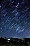 L'étoile traîne la longue exposition la nuit Image libre de droits