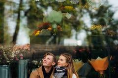 L'étreinte de l'adolescence de couples recherchent la date romantique Photo libre de droits