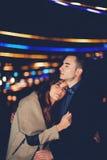 L'étreinte de couples et les feux d'artifice de attente de Noël Image stock