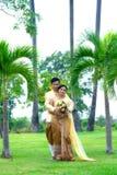 L'étreinte marient des couples Images stock