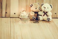 L'étreinte soutient dans l'amour, se repose près de la bague de fiançailles et du chandelier, Image libre de droits