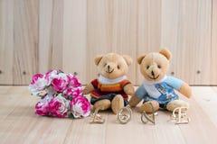 L'étreinte soutient dans l'amour, se reposent près du bouquet a monté Photographie stock libre de droits