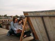 L'étude d'éducation apprennent le livre lu parinformation photographie stock libre de droits